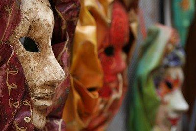 Una maschera di cartapesta